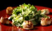 рецепт Жареные гребешки с яблочным салатом  от Гордона Рамзи
