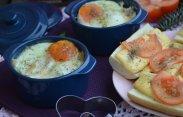 рецепт Яйца кокот и гренки с помидорами и сыром