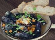 рецепт Мидии с овощами в соусе с белым вином