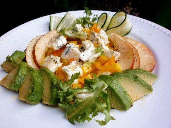 Картофельный салат с оливками и сыром фета.