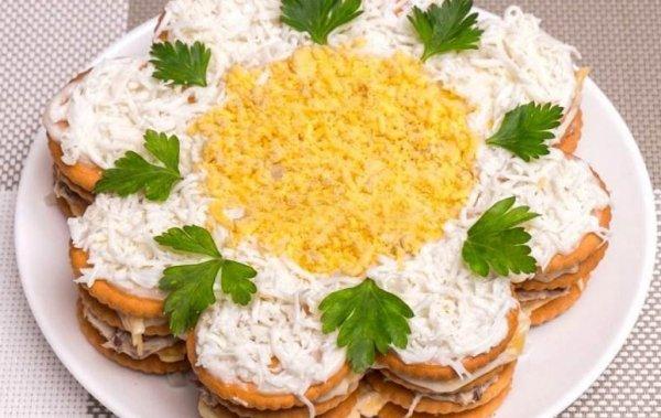 Закусочный торт-салат с крекеров рецепт с фото