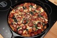 Пицца на сковороде с моцареллой