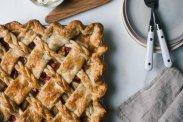 рецепт Песочный пирог с грушами и ревенем